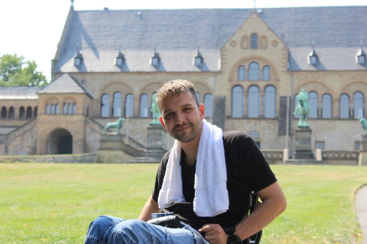 Bild zeigt mich vor der Kaiserpfalz in Goslar mit Handtuch um Hals